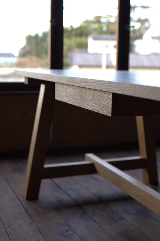 作業台のようなダイニングテーブル