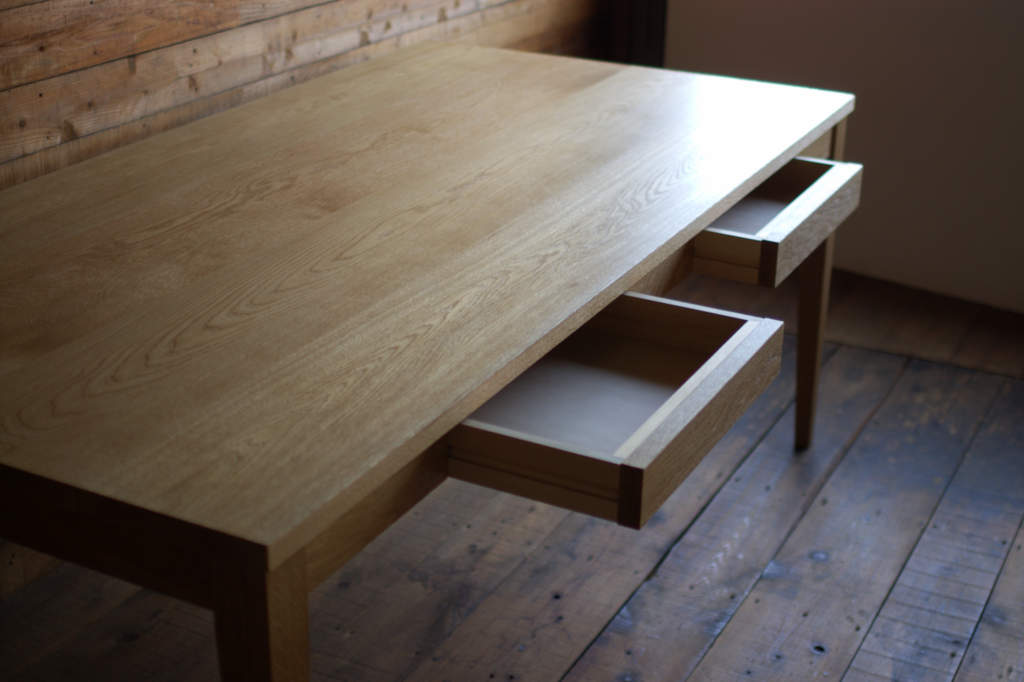 楢無垢材のダイニングテーブル(引き出し付き)